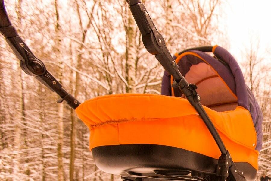 В Ухте снег упал на коляску с ребенком, фото-1