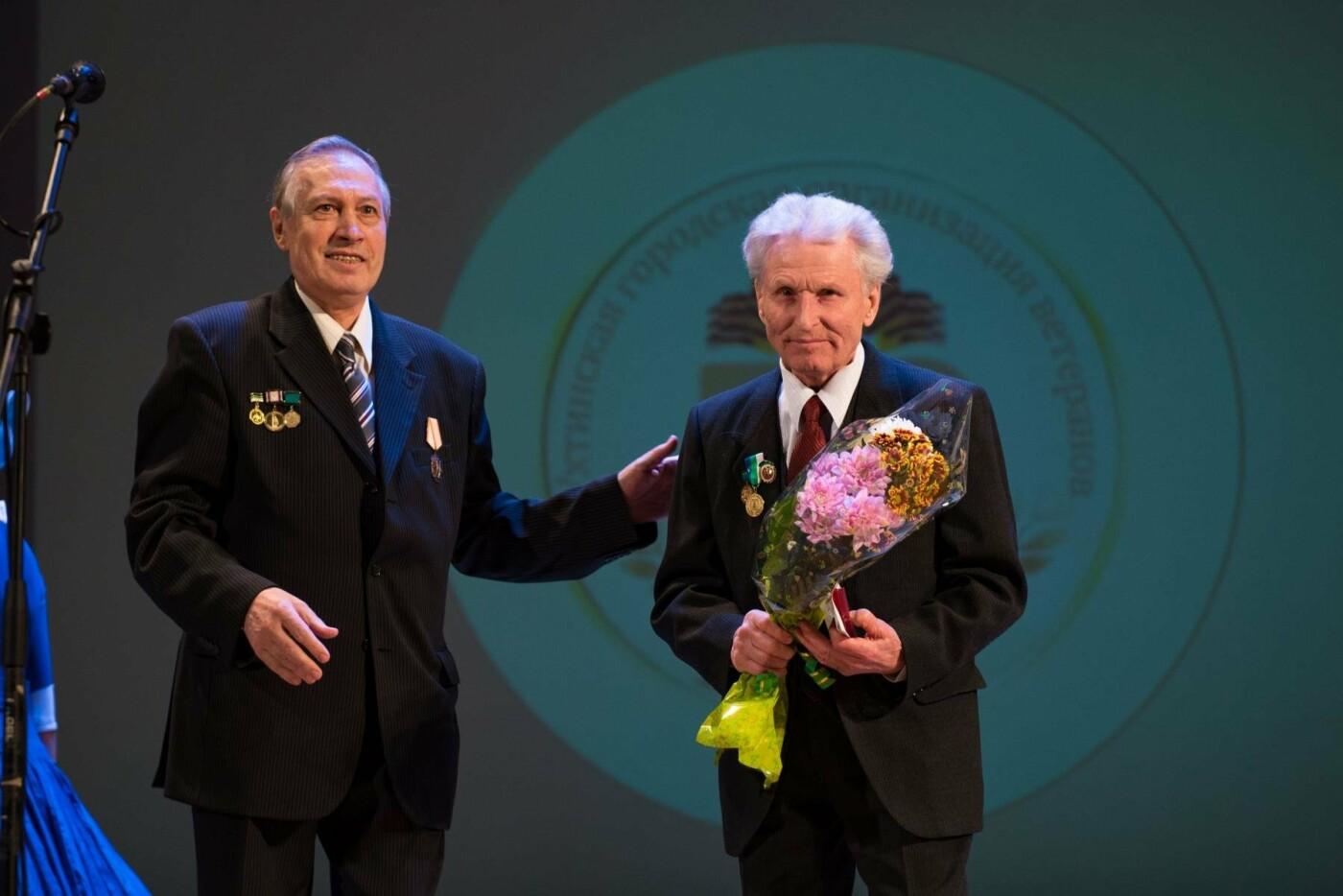 Председатель Совета ветеранов со сцены поздравляет ветеранов - Фотография предоставлена пресс-службой администрации МОГО «Ухта»