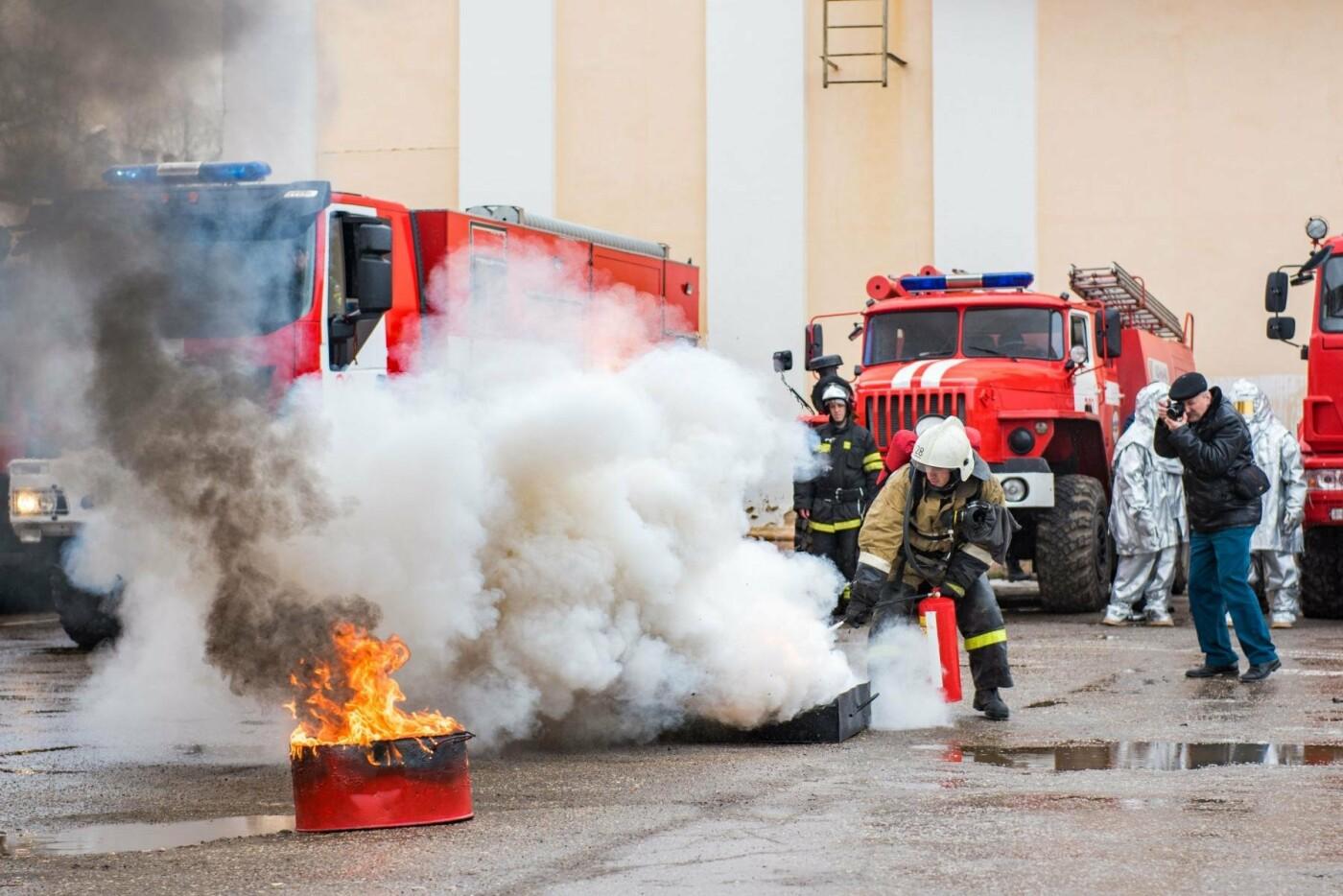 Тушение возгорания - Фото предоставлено пресс-службой администрации МОГО «Ухта»