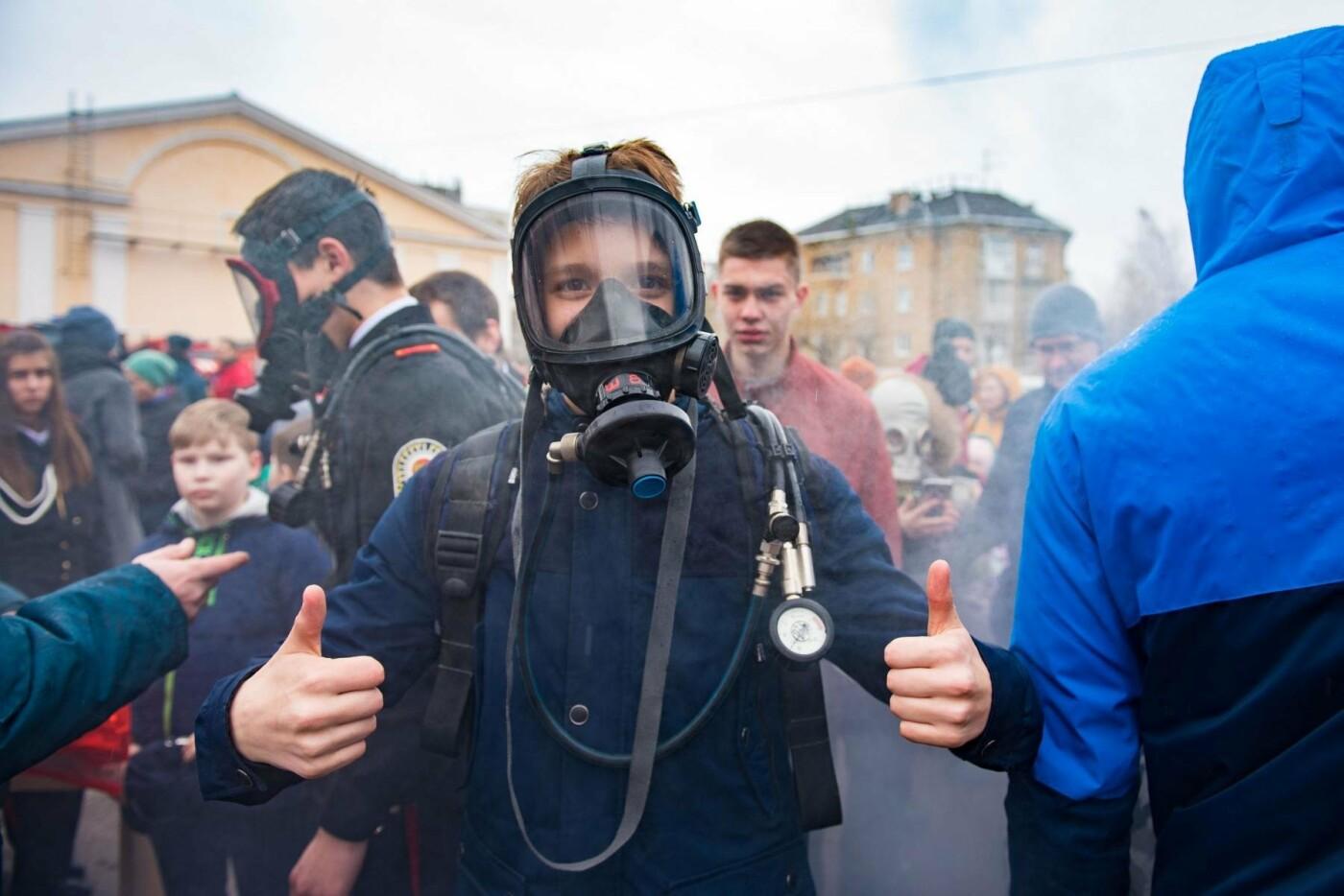 Примерка противогаза - Фото предоставлено пресс-службой администрации МОГО «Ухта»
