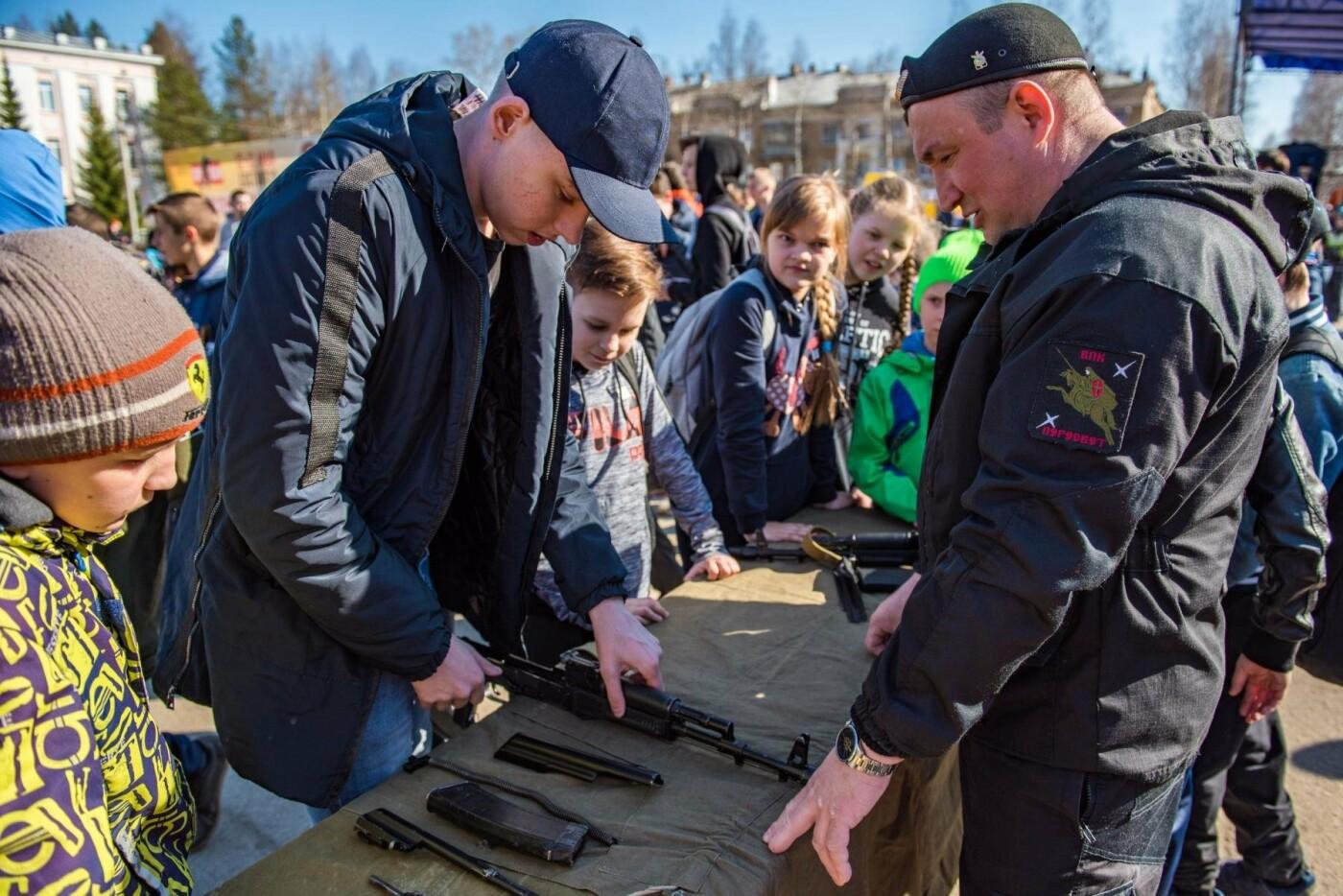 Выполнение разборки массо-габаритного макета АК-47 - Фото предоставлено пресс-службой АМОГО «Ухта»