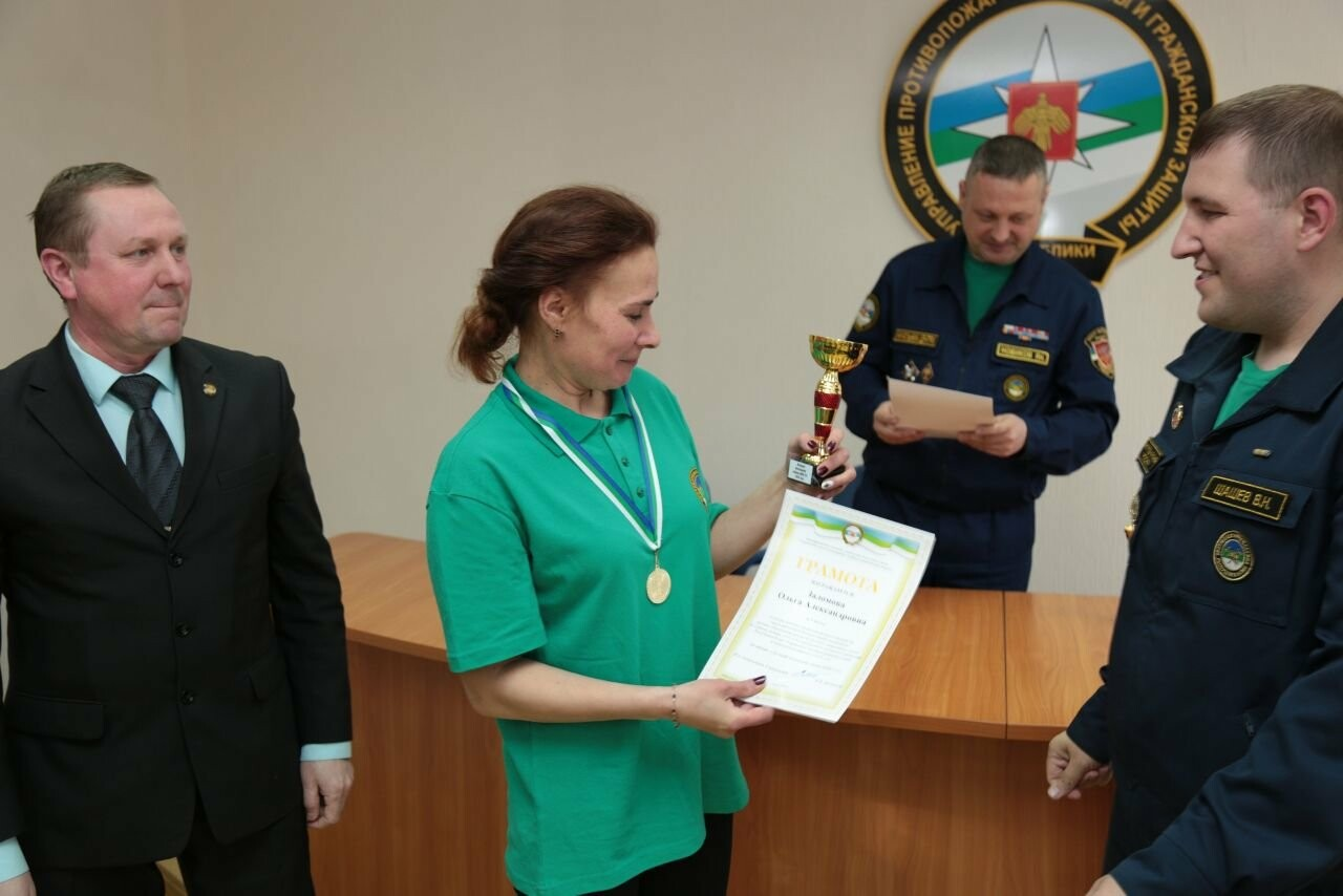 Награждение Ольги Заломовой - Фото предоставлено пресс-службой противопожарной службы и гражданской защиты Республики Коми