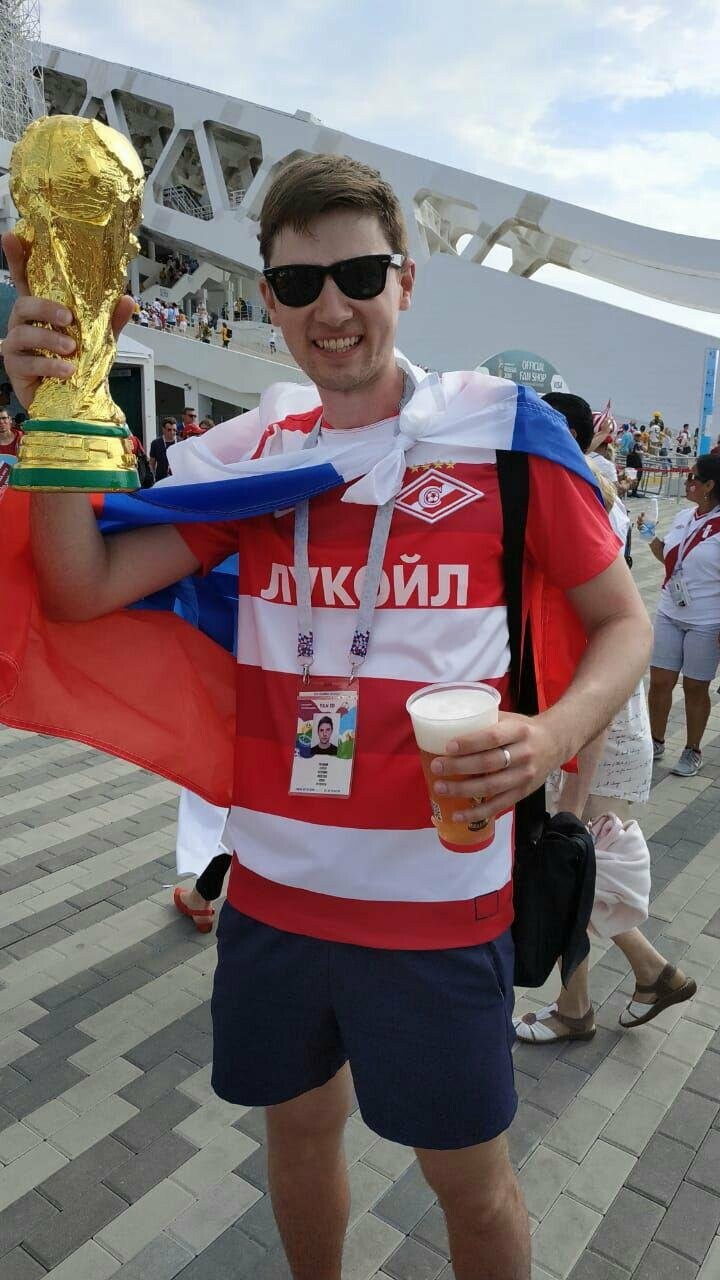 Ухтинец держит копию кубка Чемпионата мира по футболу с надеждой на обладание оригиналом приза, по прошествии турнира, нашей сборной