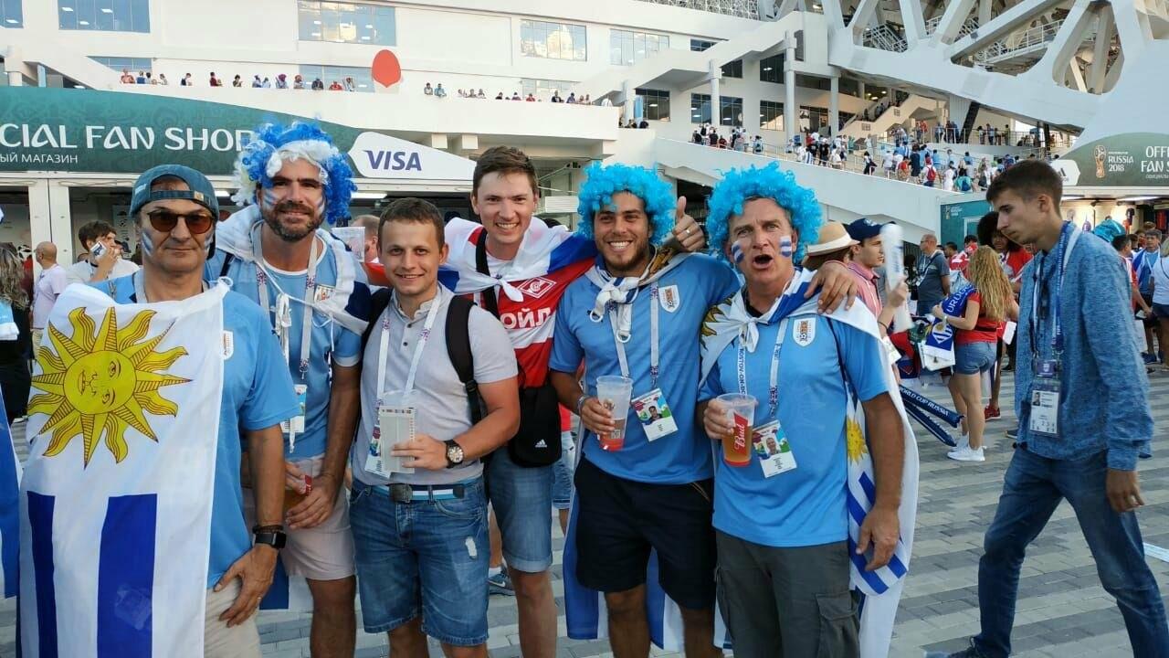 Ухтинец общается с болельщиками Уругвая незадолго до матча их сборной с португальской. Территория стадиона «Фишт», г. Сочи, 30 июля 2018 года.