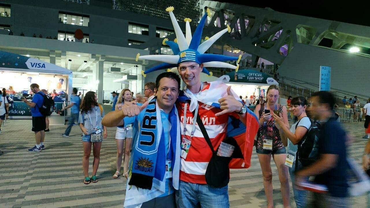 Сергей счастлив познакомиться с болельщиком победившей в 1/8 финала ЧМ-2018 сборной Уругвая. Побывать на прекрасном матче между сборными было прекрасно.