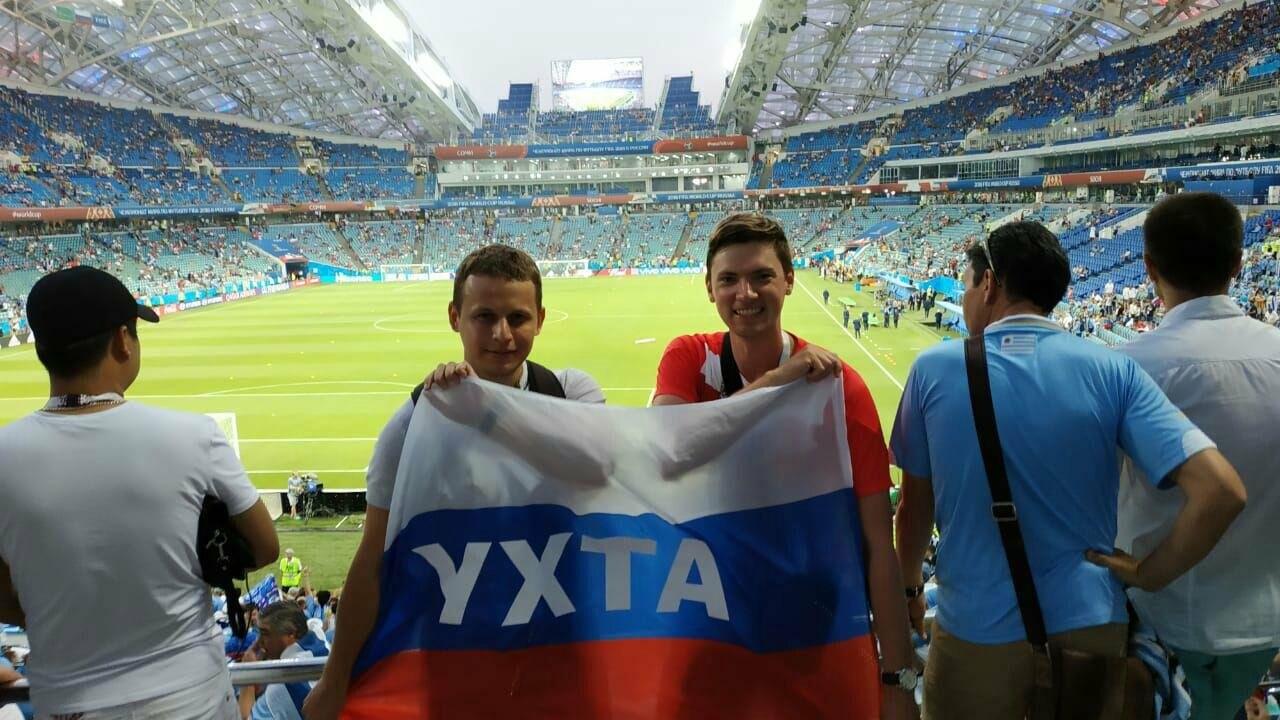 Сергей с товарищем пришёл на долгожданный матч с намерением понаблюдать за легендарными футболистами обеих команд. Стадион «Фишт», г. Сочи, 30 июля 2018 года.
