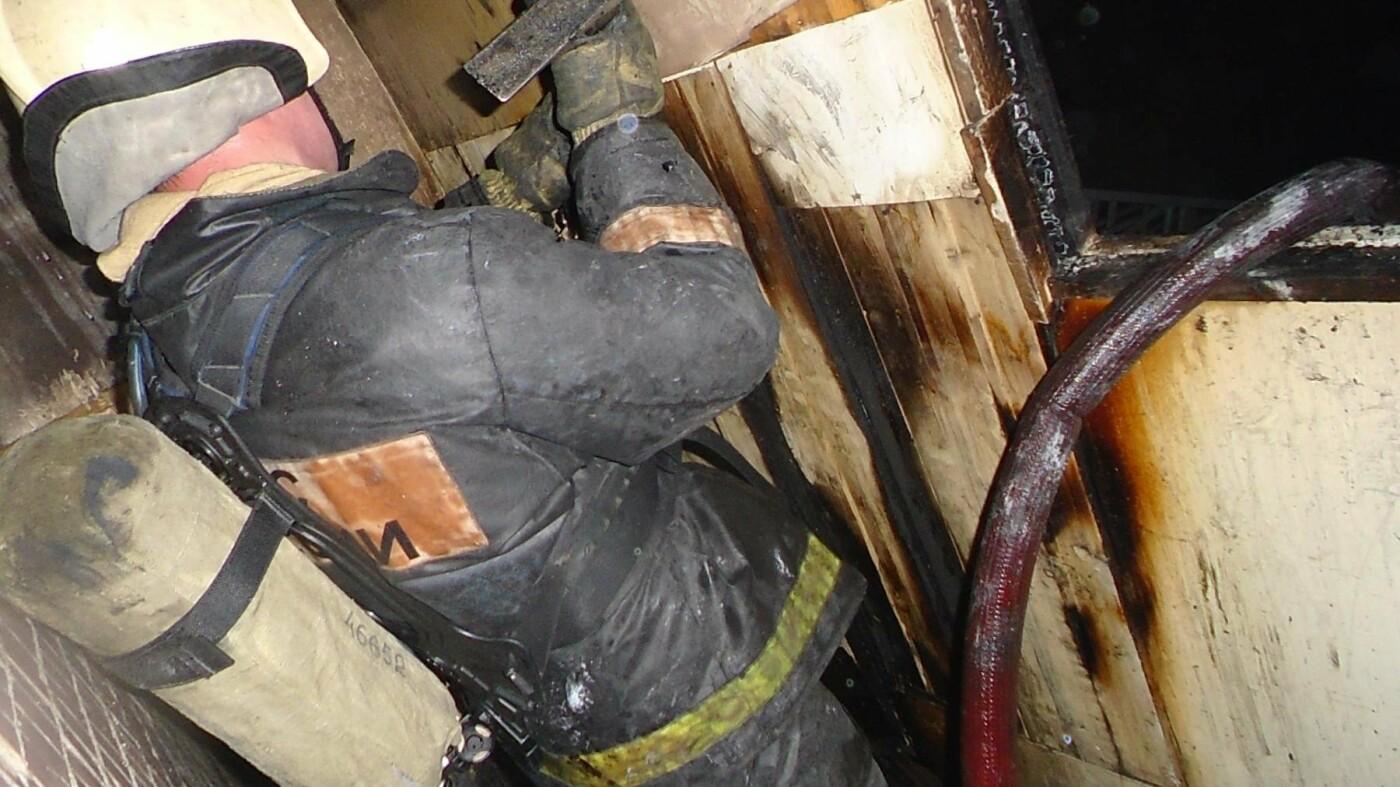 Сотрудник МЧС России производит демонтаж поврежденных в огне конструкций на лоджии одной из пострадавших кварти..., Фото предоставлено ИА «Комиинформ»