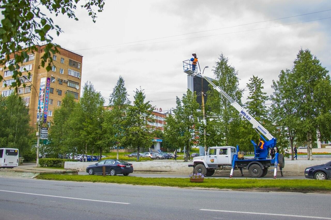 Сотрудники ухтинского «Горзеленхоз»  производят замену осветительных ламп на проспектах города