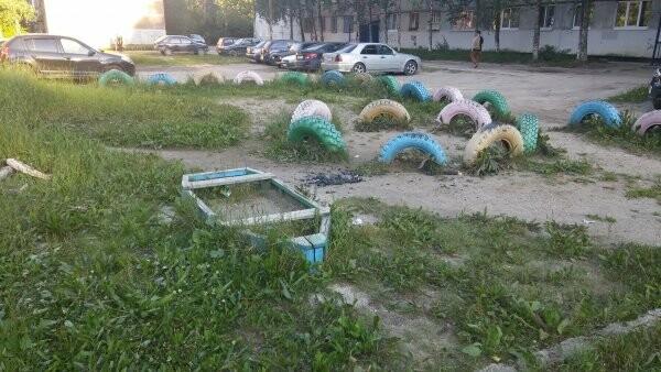 Детская площадка, расположенная в общем дворе домов №37Б на проспекте Ленина и №8 п..., Фото заявительницы с портала «Активный регион.Республика Коми»