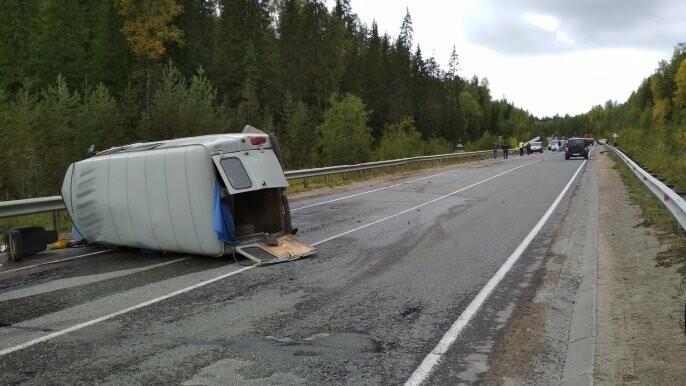 Перевернувшийся микроавтобус УАЗ-452 перевернулся на левый борт и перегородил собой проезжую часть автострады на 343 километре трассы Сыктывкар - Нарьян-Мар