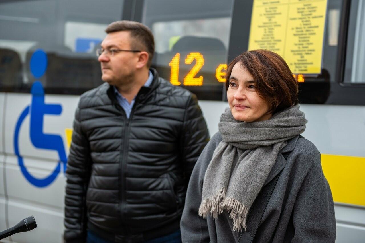 Представители Сбербанка и местного транспортного предприятия проводят брифинг. Улица Интернациональная, город Ухта, 18 октября 2018 года.