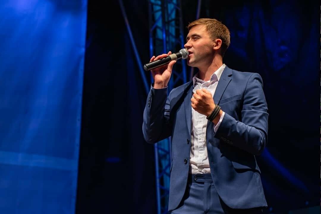 Выступление Григория Амосова на одном из концертов, состоявшихся летом прошлого года - Фото из открытого источника в сети Интернет