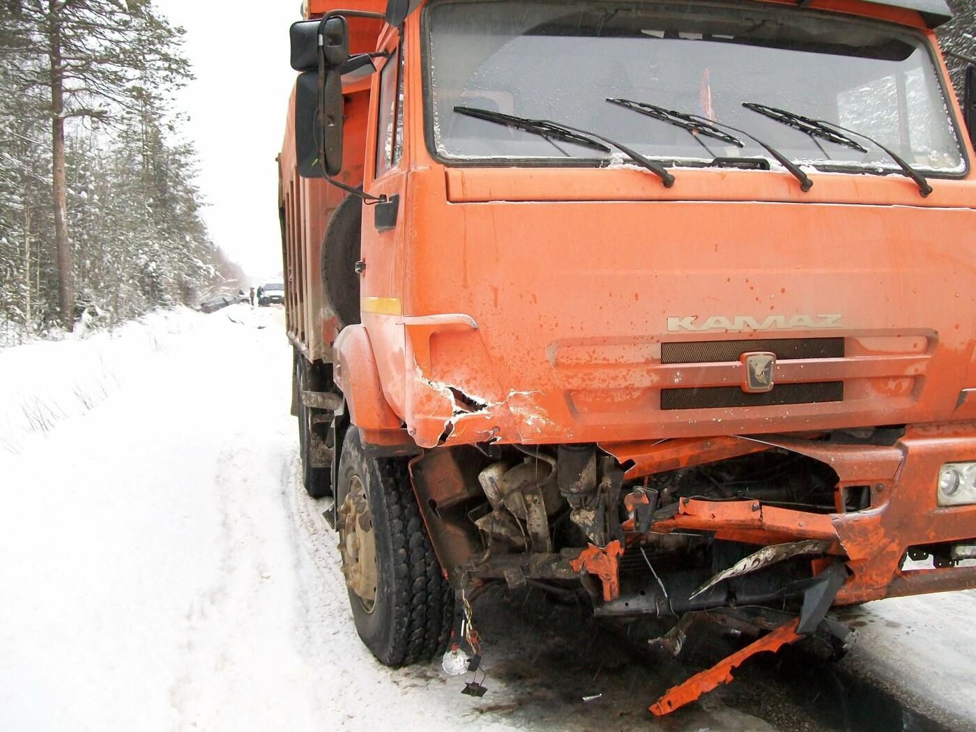 Транспортные средства после столкновения на пригородной трассе между Ухтой и посёлком Ярега. 13 января 2019 года
