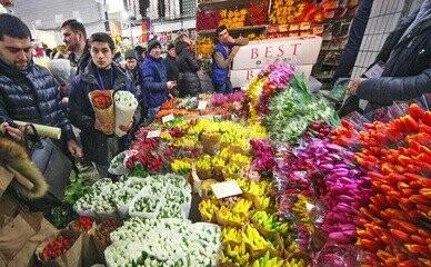 Мужчины штурмуют цветочные рынки в преддверии 8 Марта, фото-1